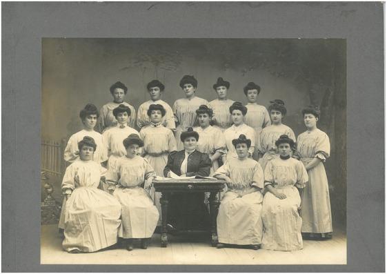 promotion 1907-1909 des élèves sages-femmes de l'hôpital de grenoble